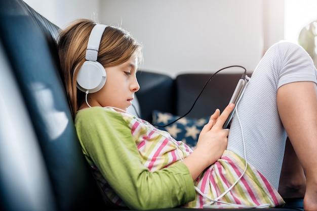 Menina usando tablet e ouvir música
