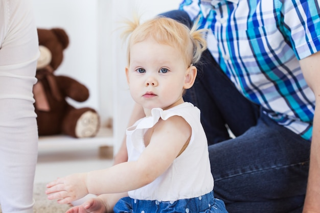 Menina usando um aparelho auditivo. criança com deficiência, conceito de deficiência e surdez.