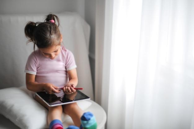 Menina usando um tablet