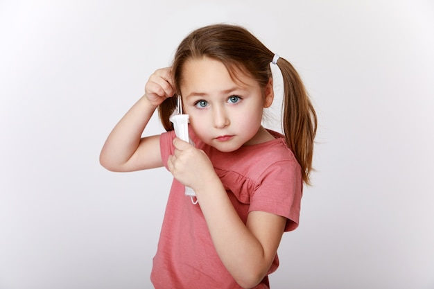 Menina usando uma máscara médica contra vírus e bactérias