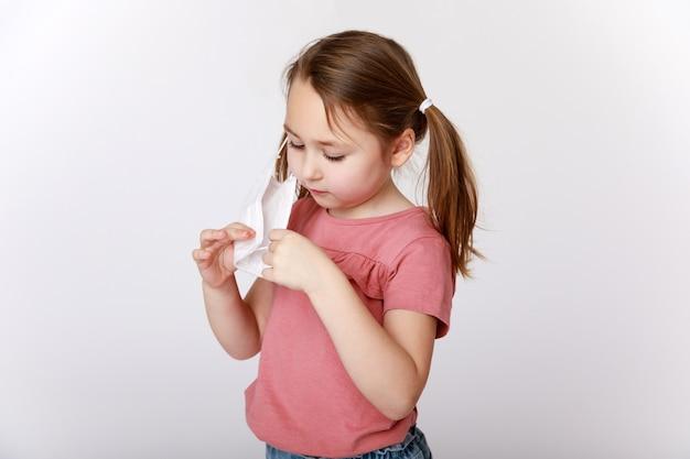 Menina usando uma máscara médica protetora contra vírus e bactérias