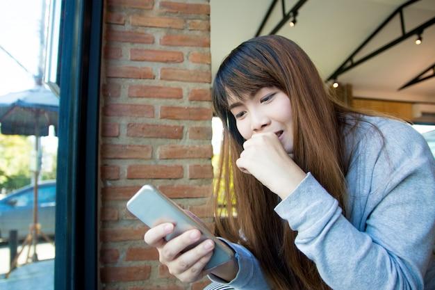 Menina usar telefone inteligente para viedeo ligar para amigos. conceito de conexão de rede