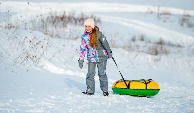 Menina vai para slide de inverno