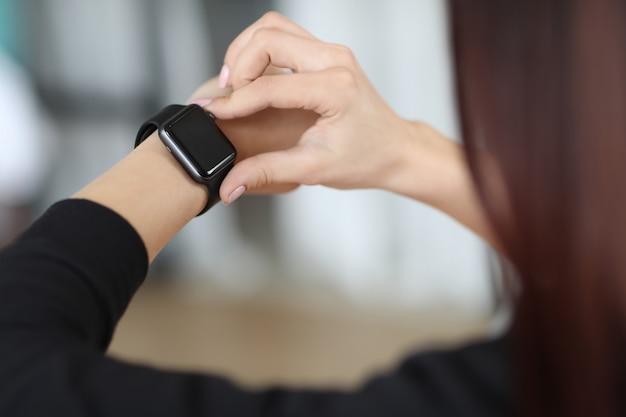 Menina, verificando o tempo em seu relógio