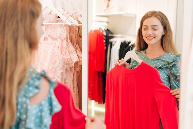 Menina, verificar, blusa, em, a, espelho