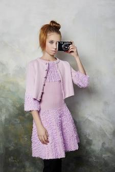 Menina vestida com roupas retrô dos anos noventa. roupas vintage dos anos 90. garota ruiva sobre um fundo claro. rússia, sverdlovsk, 10 de janeiro de 2019