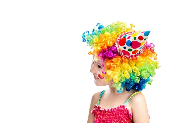 Menina vestida como um palhaço usando sorrisos e peruca colorida