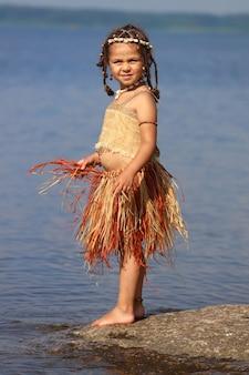Menina vestida como uma nativa ao ar livre no verão. foto de alta qualidade