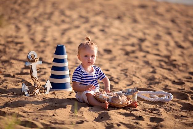Menina vestida de marinheiro na praia