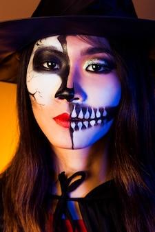 Menina vestida de vampira e máscara vestindo