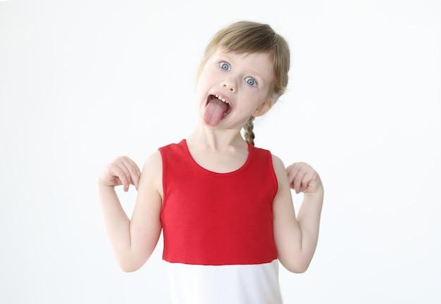 Menina vestida de vermelho, mostrando a língua. problemas de conceito parental