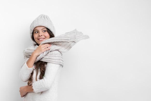 Menina vestido adequadamente no inverno