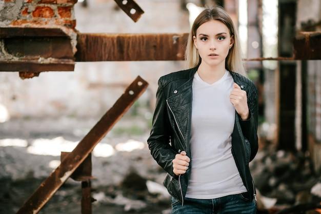 Menina vestindo camiseta e jaqueta de couro