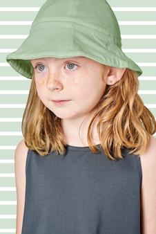 Menina vestindo camiseta regata e chapéu de balde