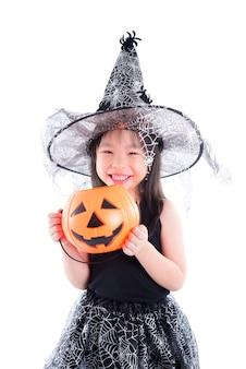 Menina vestindo fantasia de bruxa para o balde de exploração de halloween