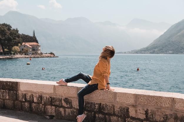 Menina, viajando, mar, e, montanhas, vista, em, montenegro