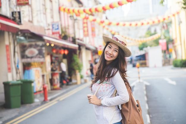 Menina viajante pronto para explorar a cidade