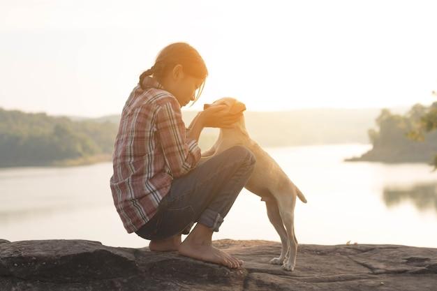 Menina viajar com cachorro