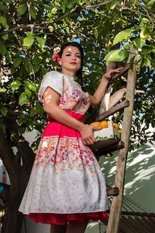 Menina vintage com vestido floral