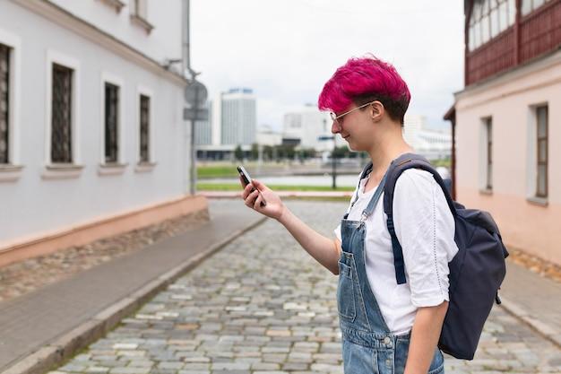 Menina vista lateral, segurando telefone