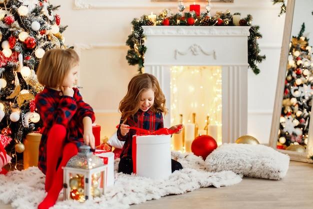 Meninas abrindo presentes de natal
