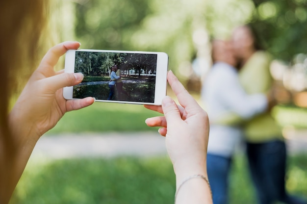 Meninas adolescente tirando fotos juntos