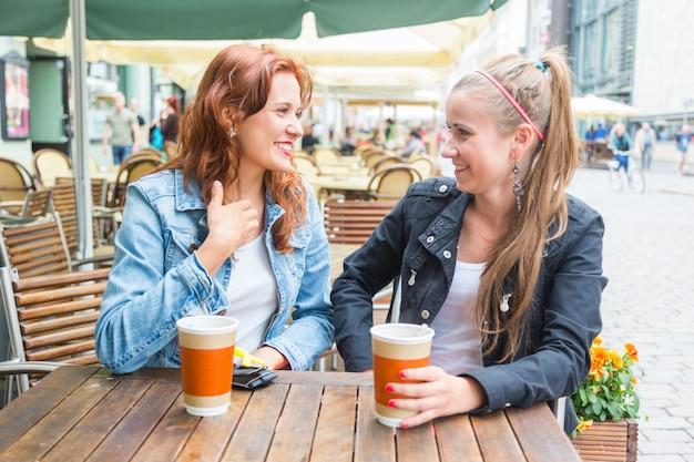 Meninas adolescentes, bebendo, em, barzinhos