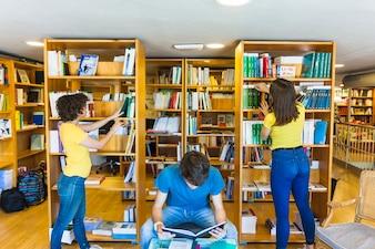 Meninas adolescentes, escolher, livros, perto, leitura, amigo