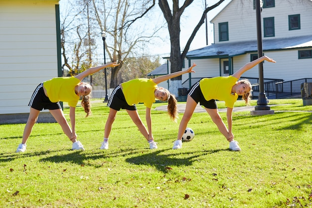 Meninas adolescentes exercem treino no parque