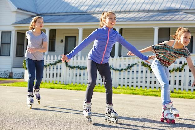 Meninas adolescentes, grupo, patim rolando, rua