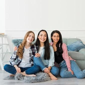 Meninas adolescentes, posar, sentando, ligado, chão
