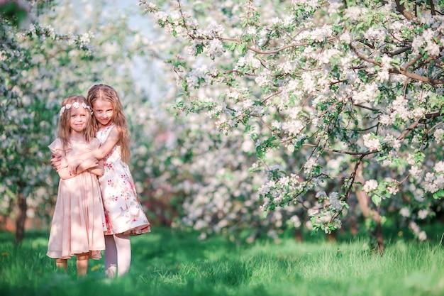 Meninas adoráveis no dia de primavera ao ar livre