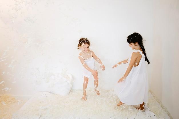 Meninas alegres em torno do colchão