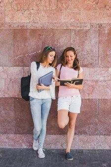 Meninas alegres posando com livros