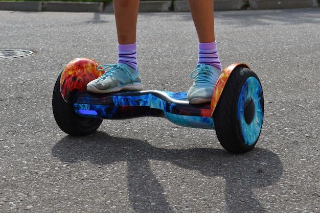 Meninas andando de hoverboard na estrada
