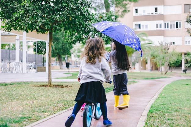 Meninas andando em dia chuvoso