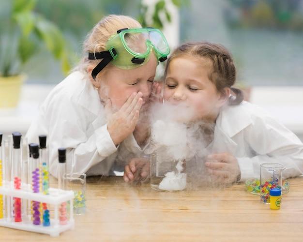 Meninas aprendendo ciências