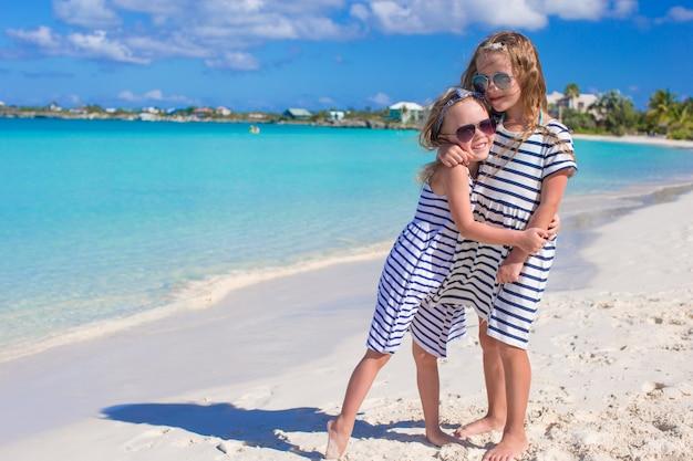 Meninas aproveitam suas férias de verão na praia