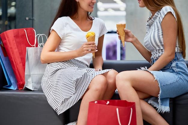 Meninas, aproveitando o dia de compras no shopping