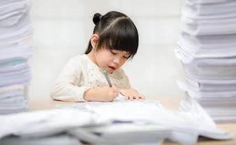 Meninas asiáticas diligentes fazendo lição de casa em casa