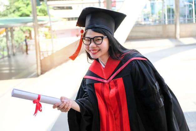 Meninas asiáticas se formaram e receberam um diploma.