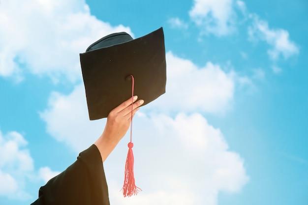 Meninas asiáticas se formou e recebeu um diploma.