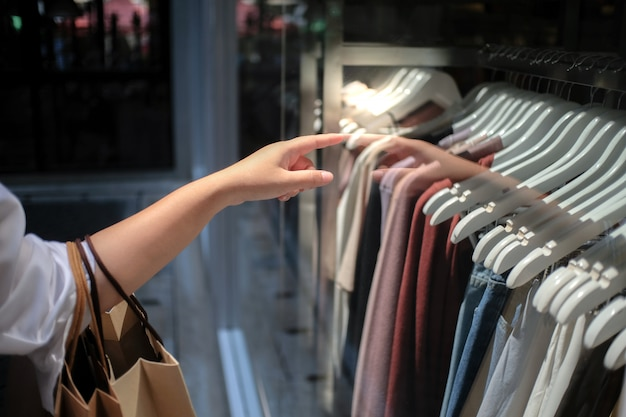 Meninas asiáticas segurando sacolas de compras de venda. conceito de estilo de vida consumismo no shopping.