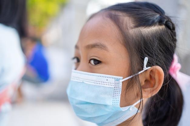 Meninas asiáticas usam máscaras para evitar covid19 ao ar livre
