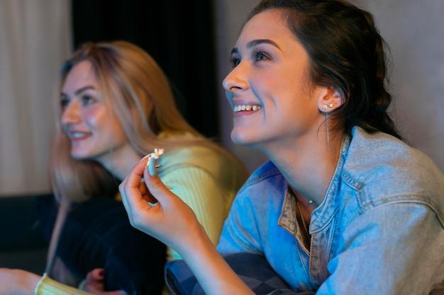 Meninas assistindo netflix juntas dentro de casa
