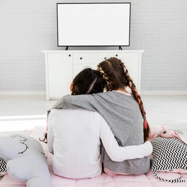 Meninas assistindo tv