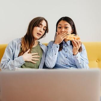 Meninas assustadas assistindo filme