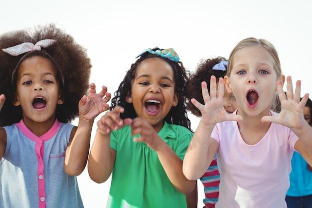 Meninas assustadoras com as mãos levantadas
