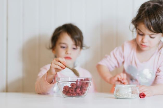 Meninas bonitas comendo framboesa