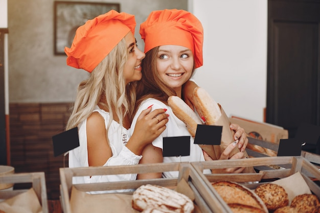 Meninas bonitas compra pães na padaria